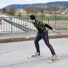 Mit den Skating-Rollern über die Autobahn.