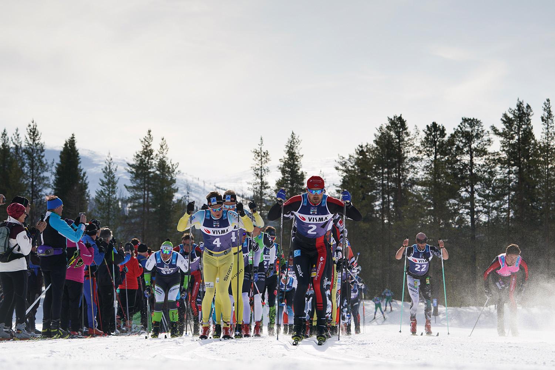 Андреас Нюгорд лидирует на старте гонки